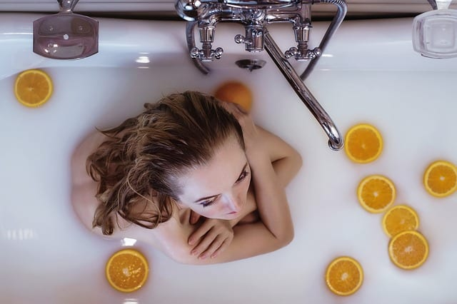 미지근한 물로 목욕은 두피 건강에 좋다
